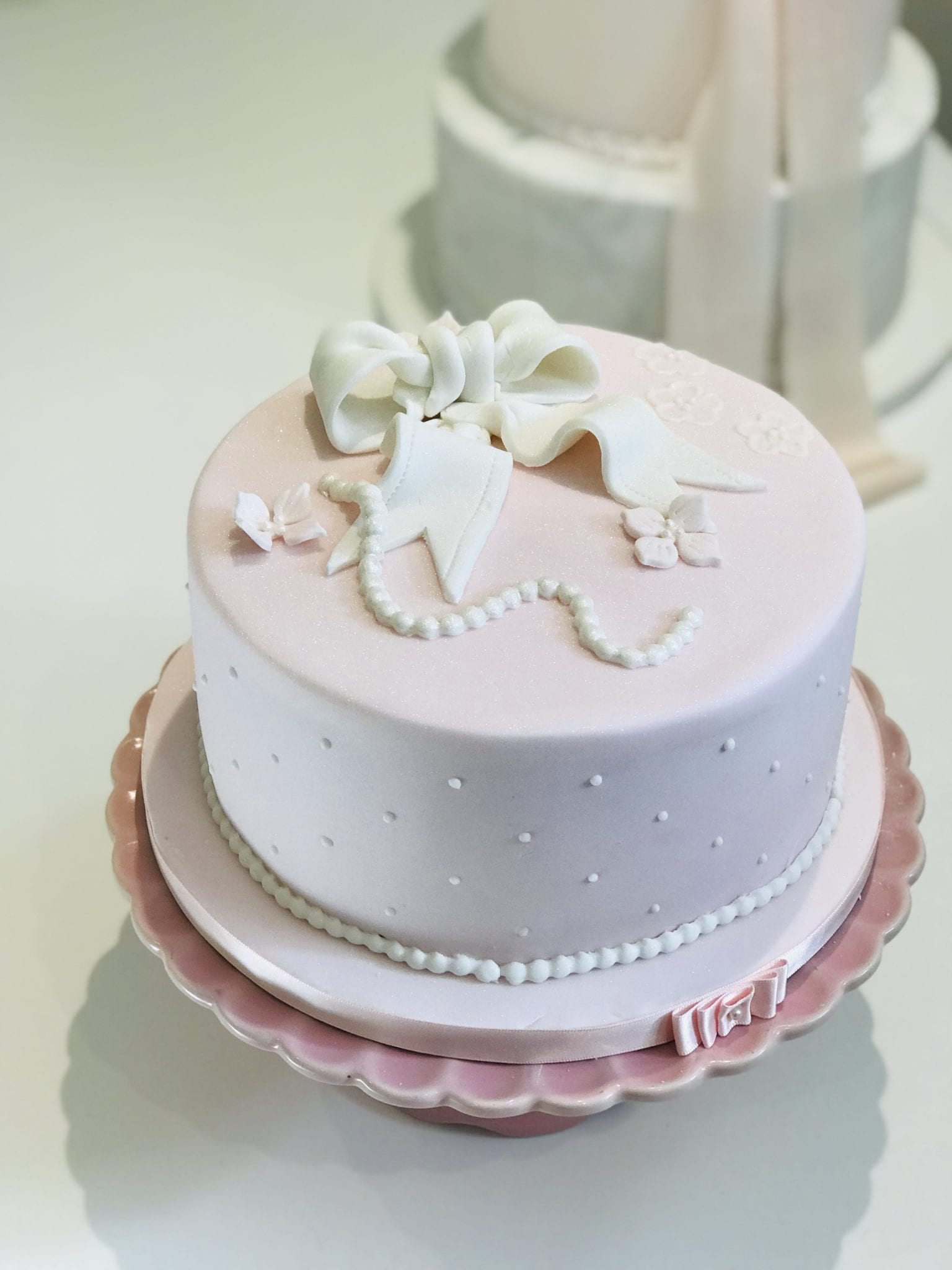 bow and pearls cake